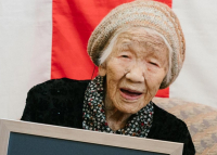 A legidősebb japán szerint a kóla, a csoki és a társasjáték tartja őt életben