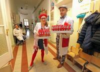 Csokimikulásokat osztottak a szegedi gyermekklinikán a mosolydoktorok